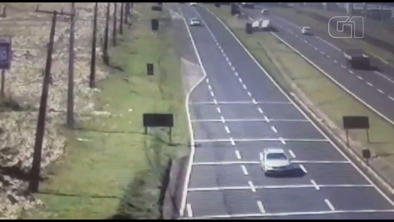 Carro capota na PR-317 e atinge caminhão, que tomba com impacto
