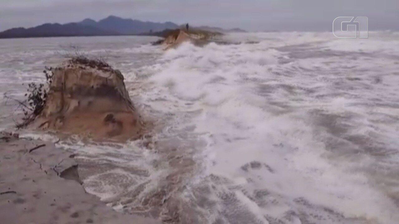Moradores flagraram quando mar avançou sobre enseada em Cananéia, SP