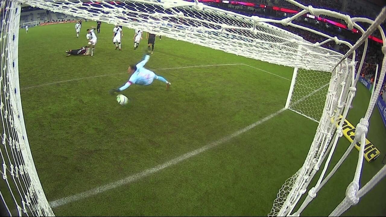Gol do Atlético-PR! Raphael Veiga aproveita cruzamento e marca de cabeça, aos 16' do 2ºT