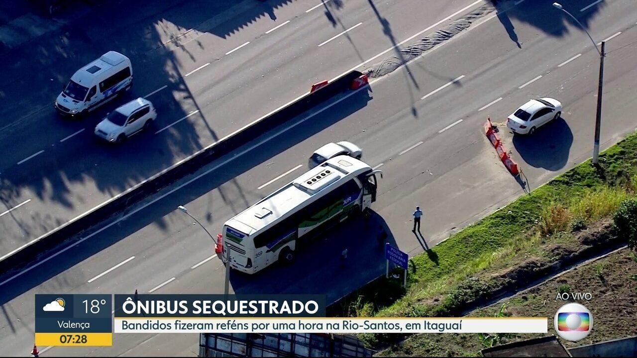 Bandidos sequestram ônibus na rodovia Rio-Santos