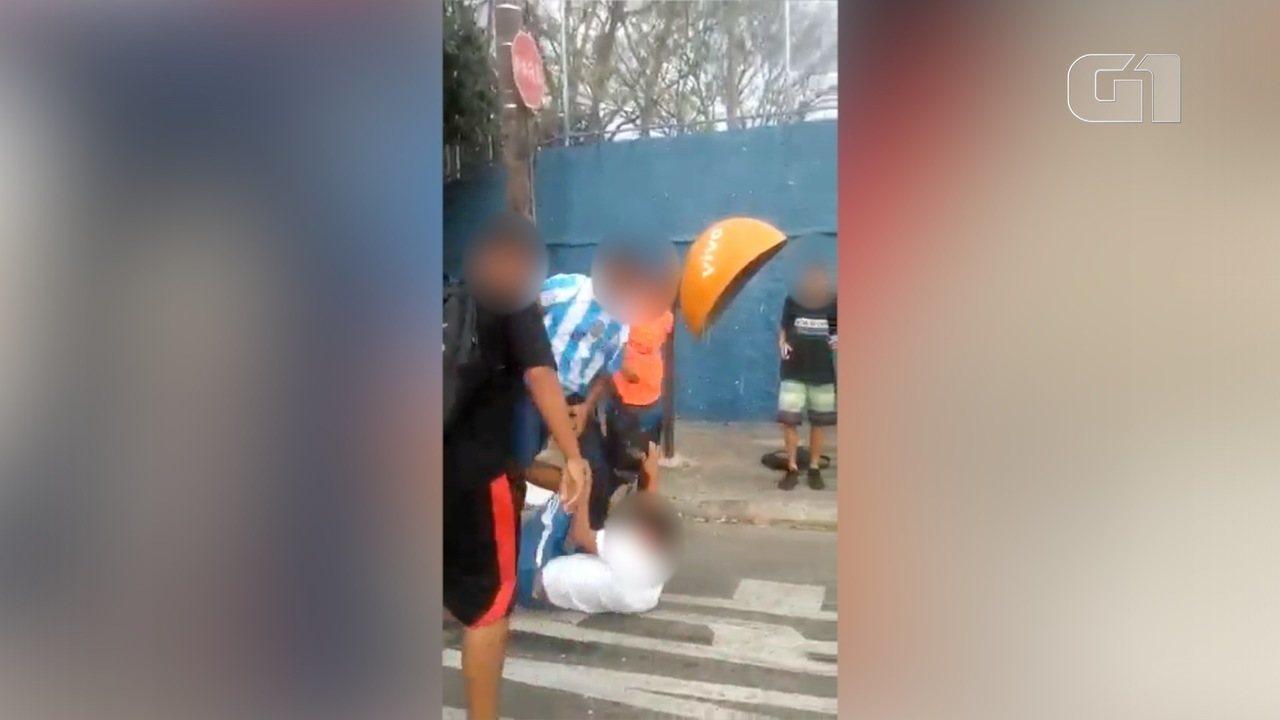 Adolescente de 15 anos é agredido até desmaiar na porta de escola