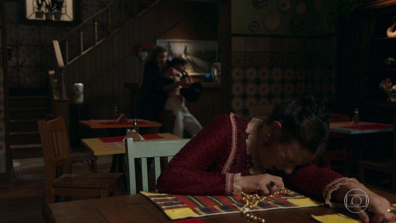Elmo é surpreendido por Miss Celine e em seguida, Dom Sabino o flagra sem camisa na pensão