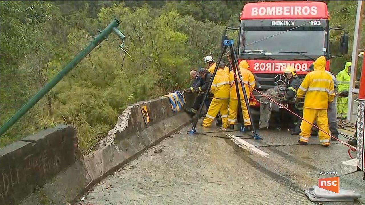 Motorista morre após caminhão cair em ribanceira na Serra do Rio do Rastro em SC