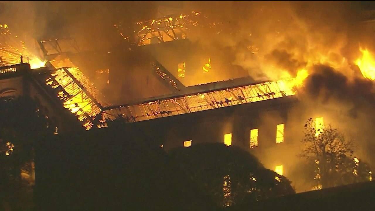 """""""É uma tragédia para a cultura"""", diz diretor de museu em chamas no RJ"""