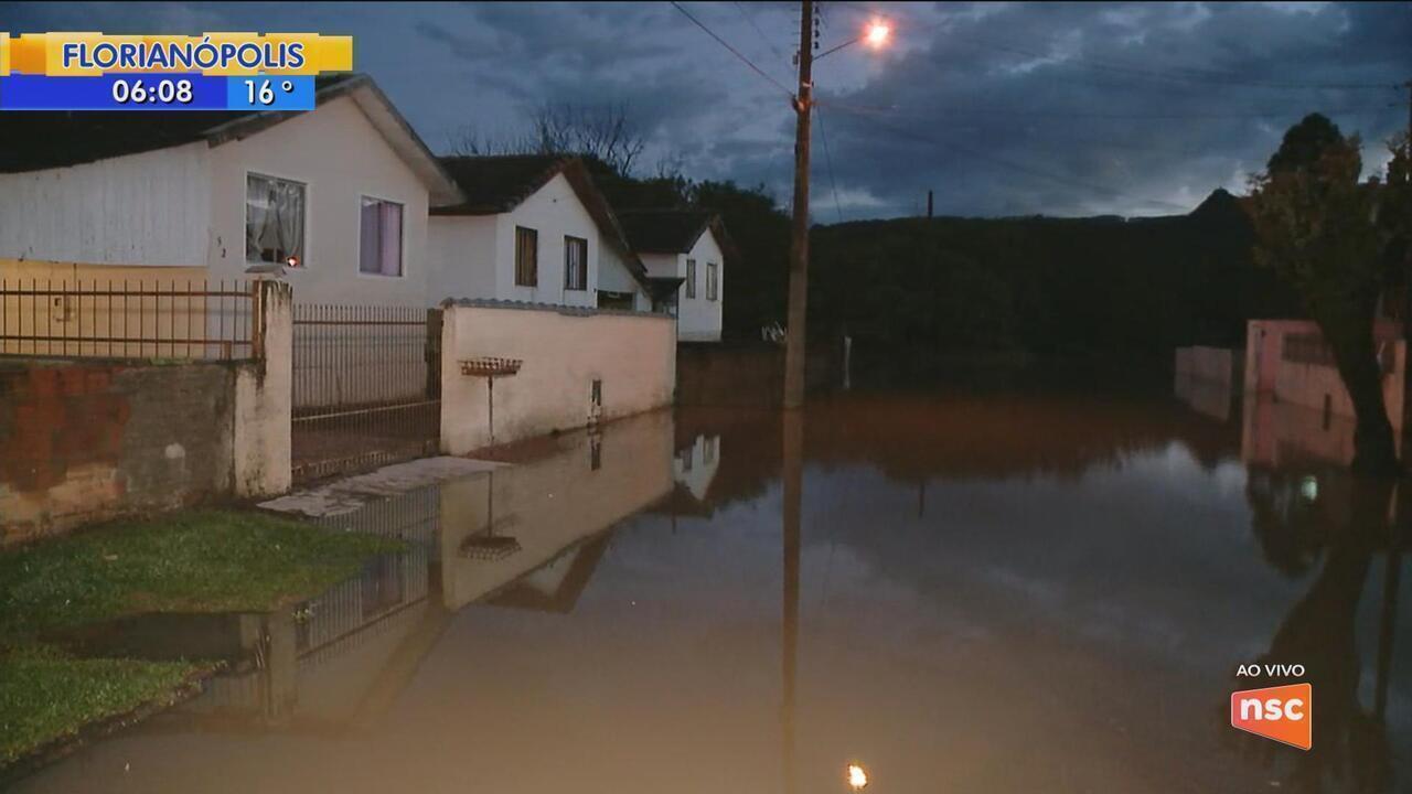 Com subida do nível do rio devido à chuva, Defesa Civil abre abrigos em Rio do Sul