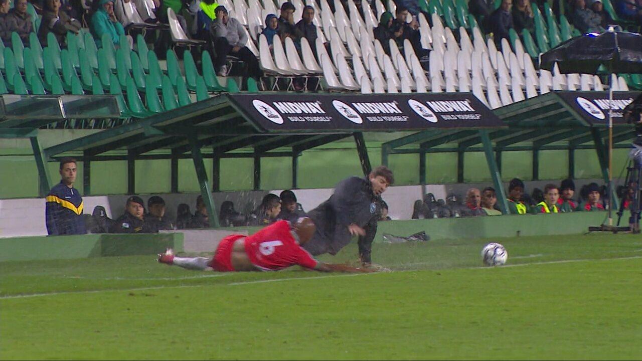 Tcheco dá carrinho no lateral Jadson, do Boa Esporte, e cai na área técnica do Coritiba