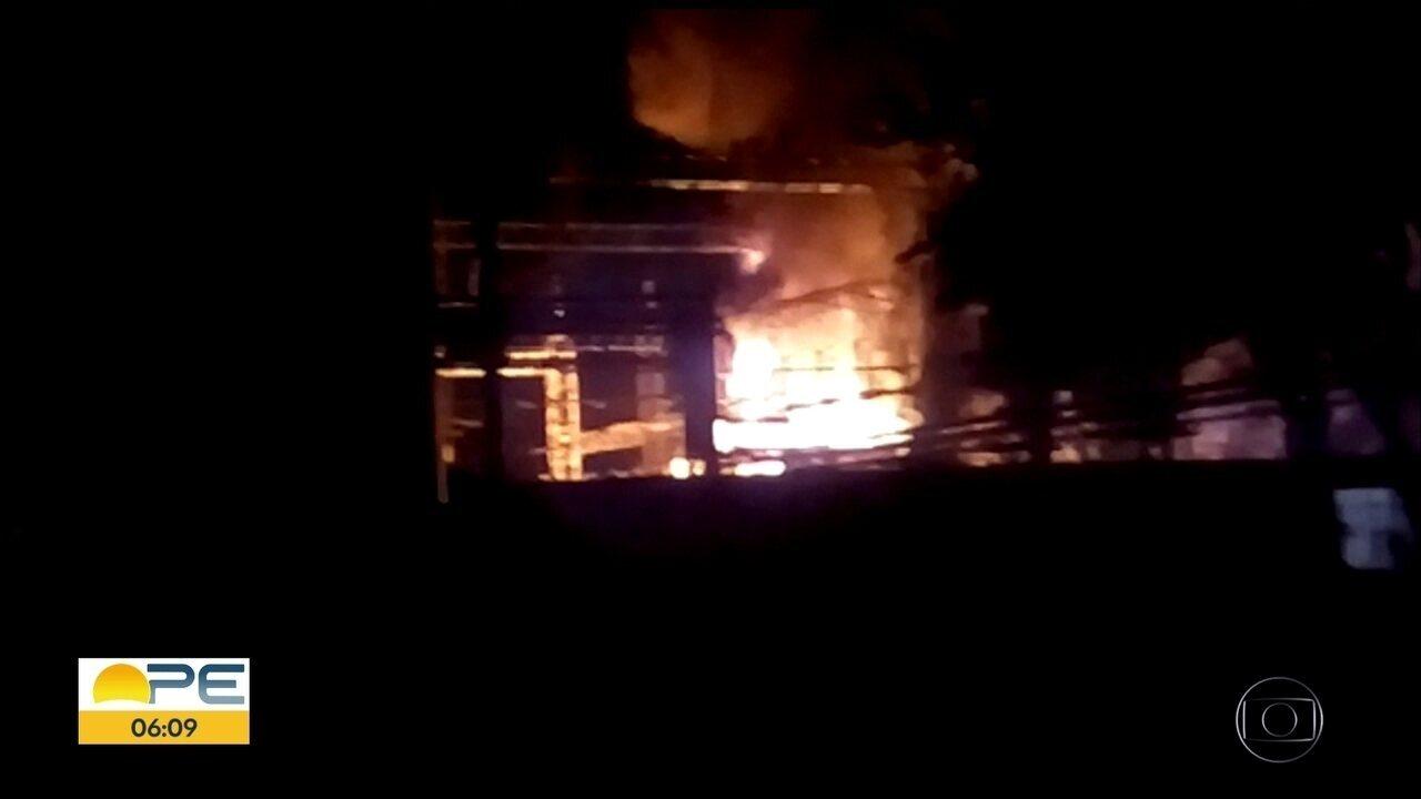 Incêndio atinge subestação de energia em fábrica do Recife
