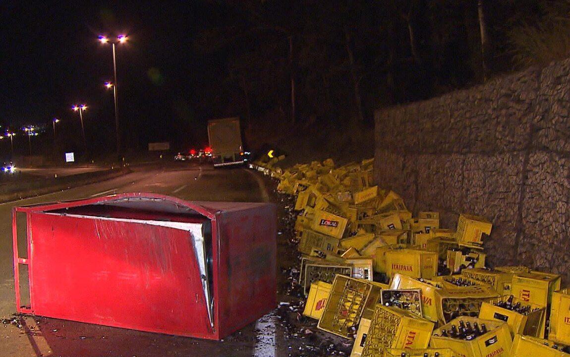 Parte de carga de cerveja de carreta cai no Anel Rodoviário, em Belo Horizonte