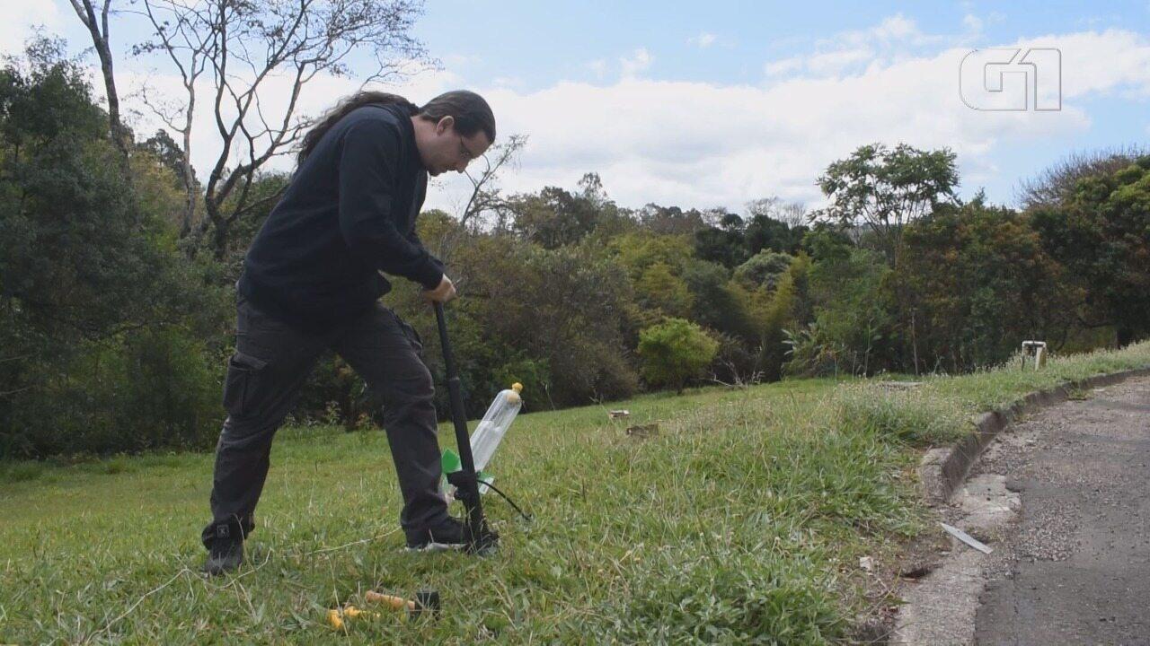Professor demonstra lançamento de foguete feito com garrafa PET