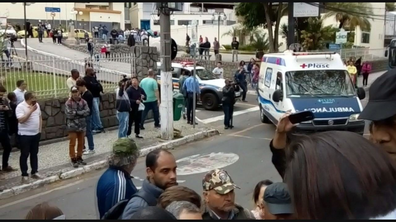 Em ambulância, Jair Bolsonaro deixa Santa Casa; ele é transferido para SP