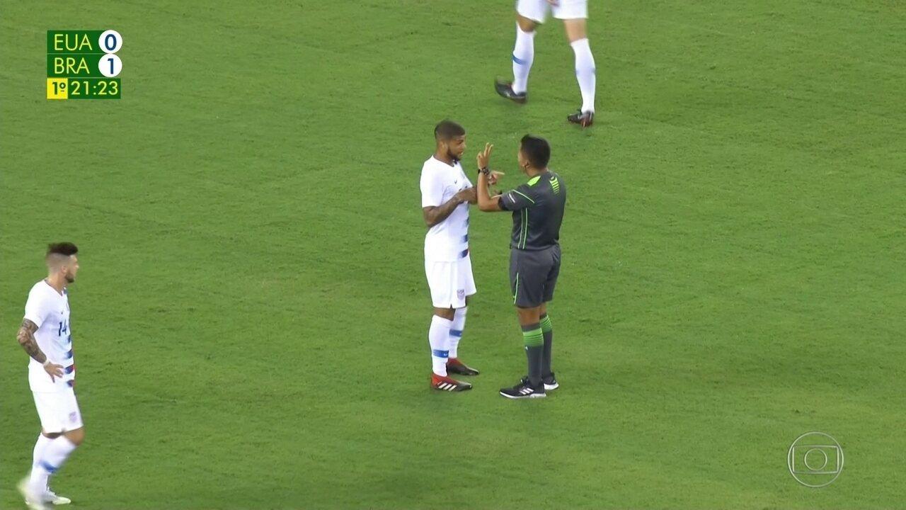 Neymar sofre falta e jogador americano reclama com o árbitro, aos 21 do 1º