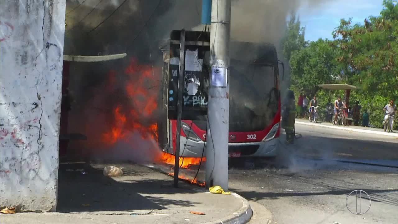 Ônibus é incendiado e comércio é fechado em bairros de Cabo Frio, RJ, após troca de tiro