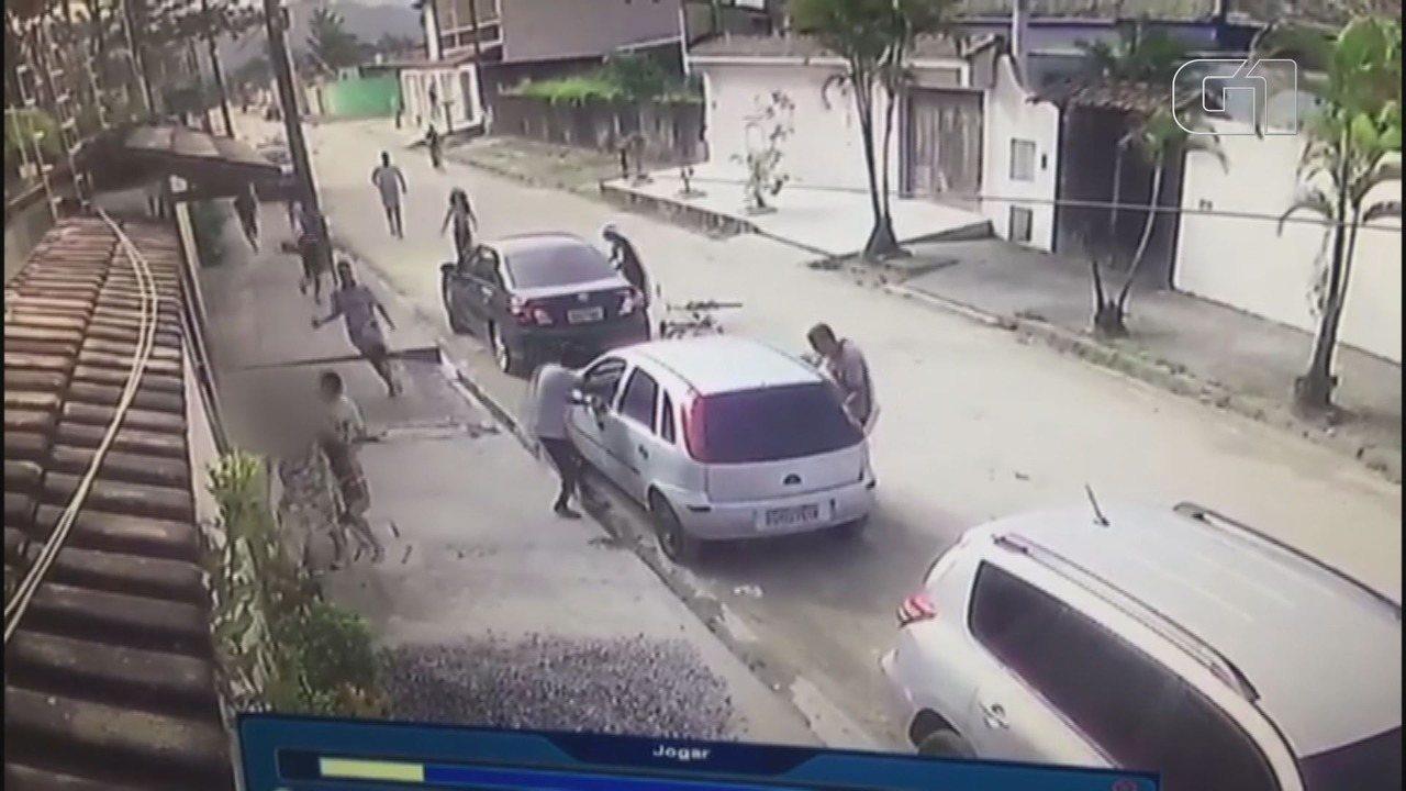 Bando rouba e ameaça turista durante arrastão em Guarujá; assista