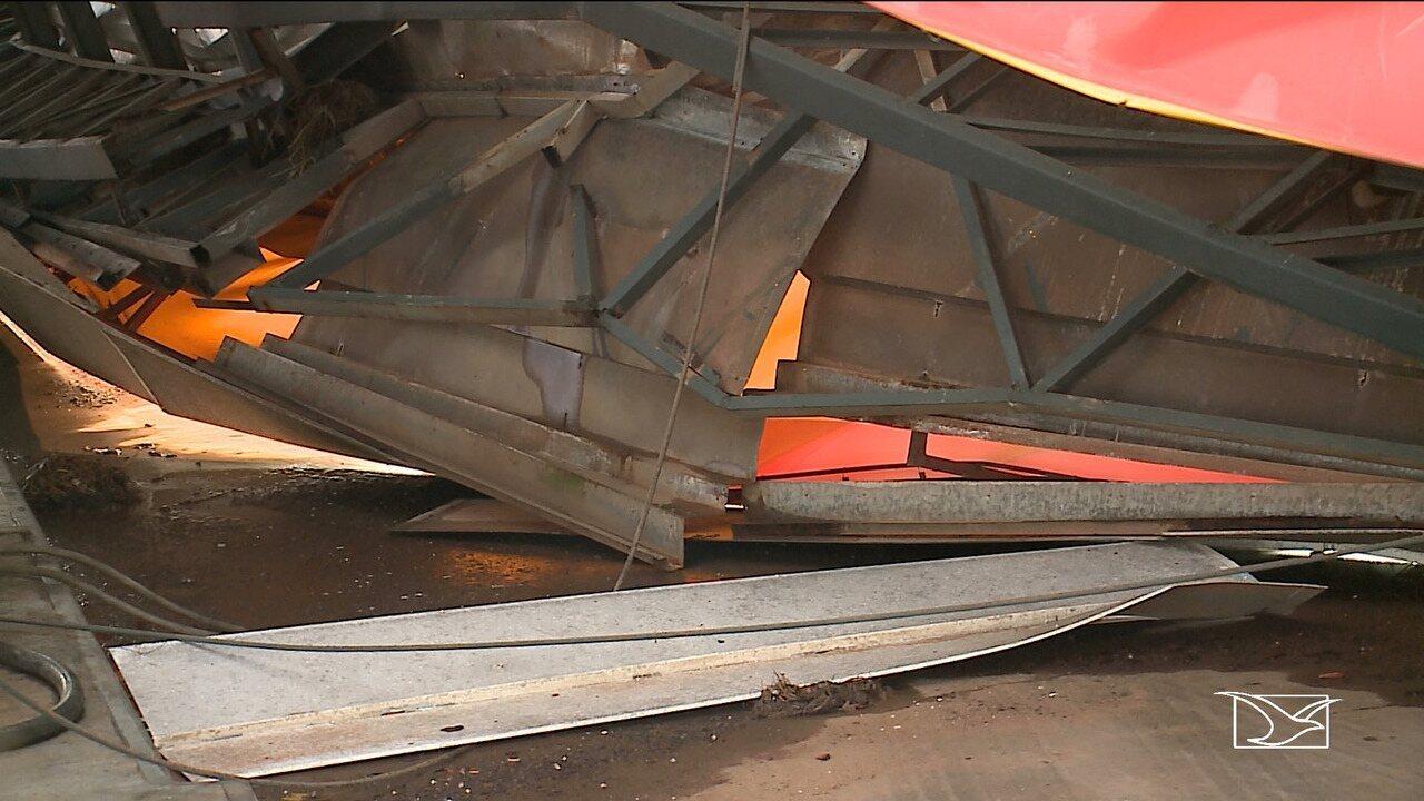 Chuva derruba parte do telhado de posto de combustível em São Luís