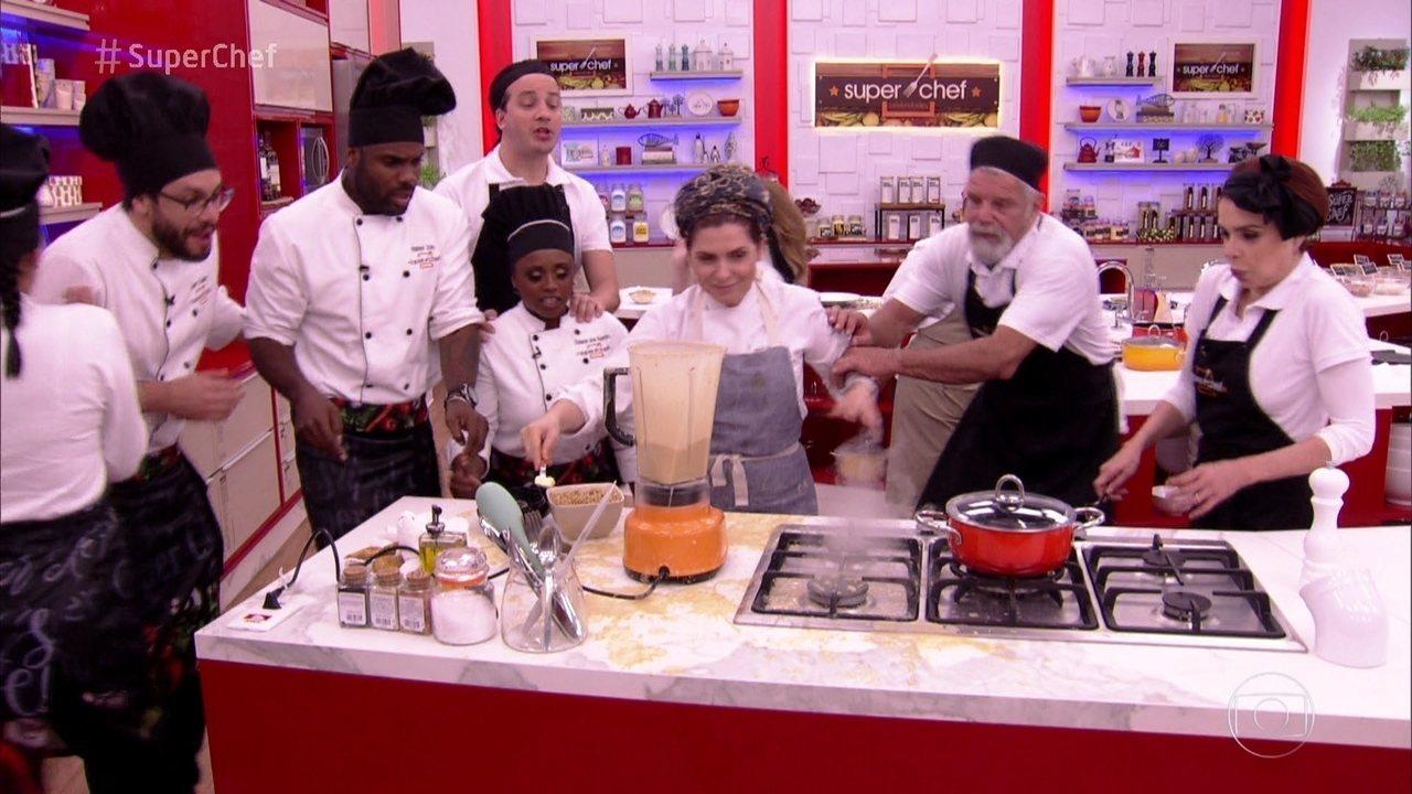 Flavia Quaresma ensina a fazer Creme de Feijão Manteiguinha com Lagostins