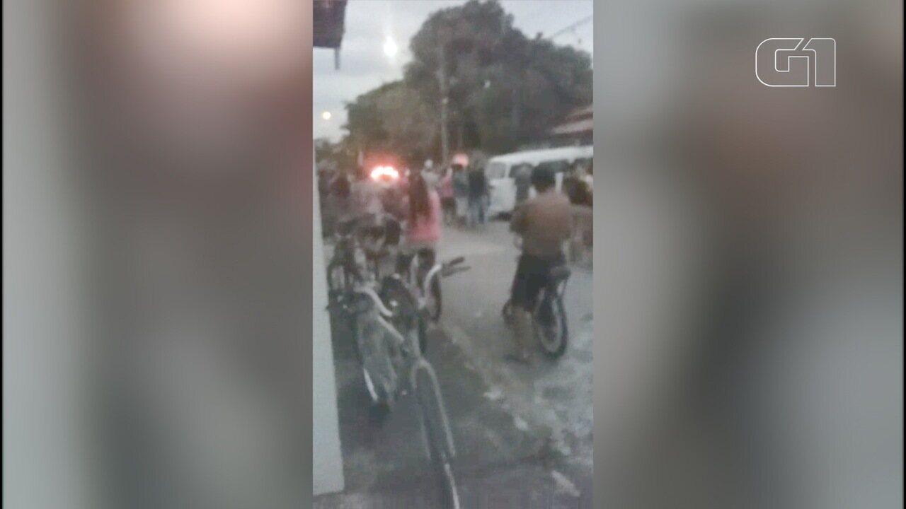 Vizinhos e curiosos se aglomeram perto da casa onde mulher foi morta pelo ex-companheiro