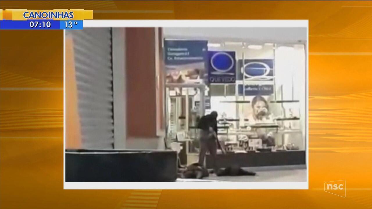 Criminosos intimidam vítimas com arma em assalto a joalheria de Florianópolis