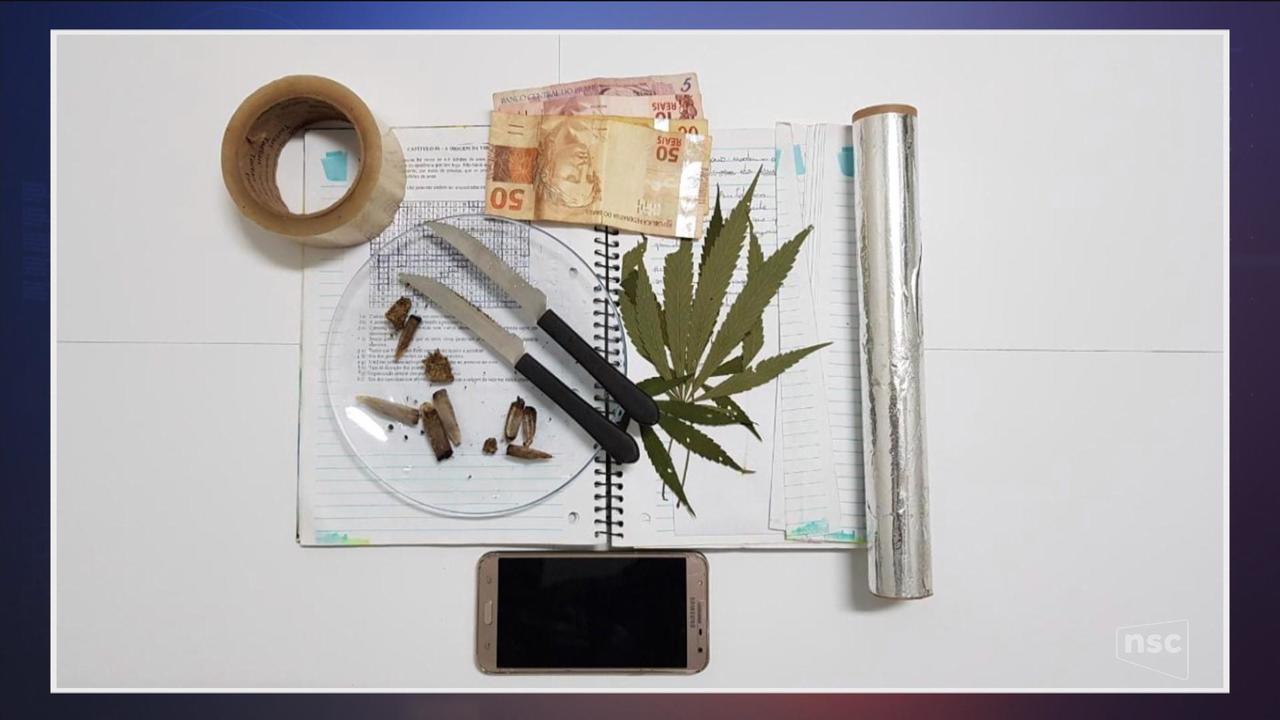 Professor é preso suspeito por tráfico de drogas em escolas de SC