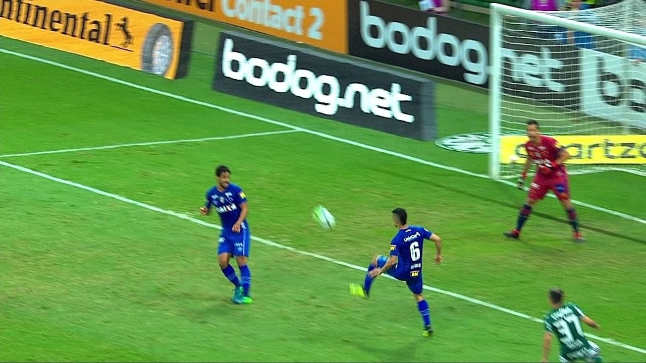 Egídio desvia ataque e quase faz gol contra, mas Fábio defende no reflexo, aos 48' do 2ºT