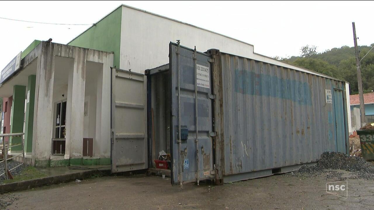 Funcionários de construtora alegam atraso de salários e se alojam em container improvisado