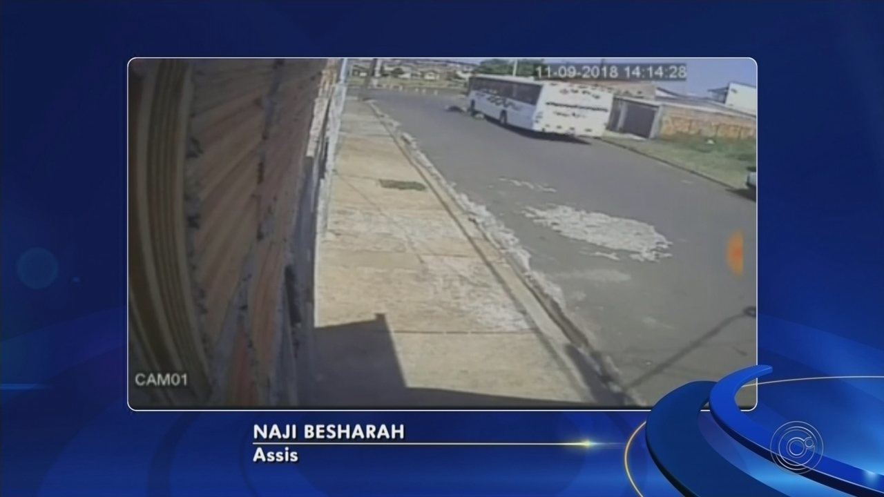 Vídeo mostra colisão entre moto e ônibus em avenida de Assis