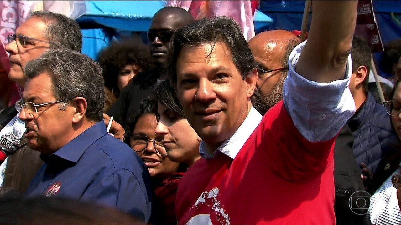 Candidato do PT, Fernando Haddad, faz campanha na região metropolitana de SP