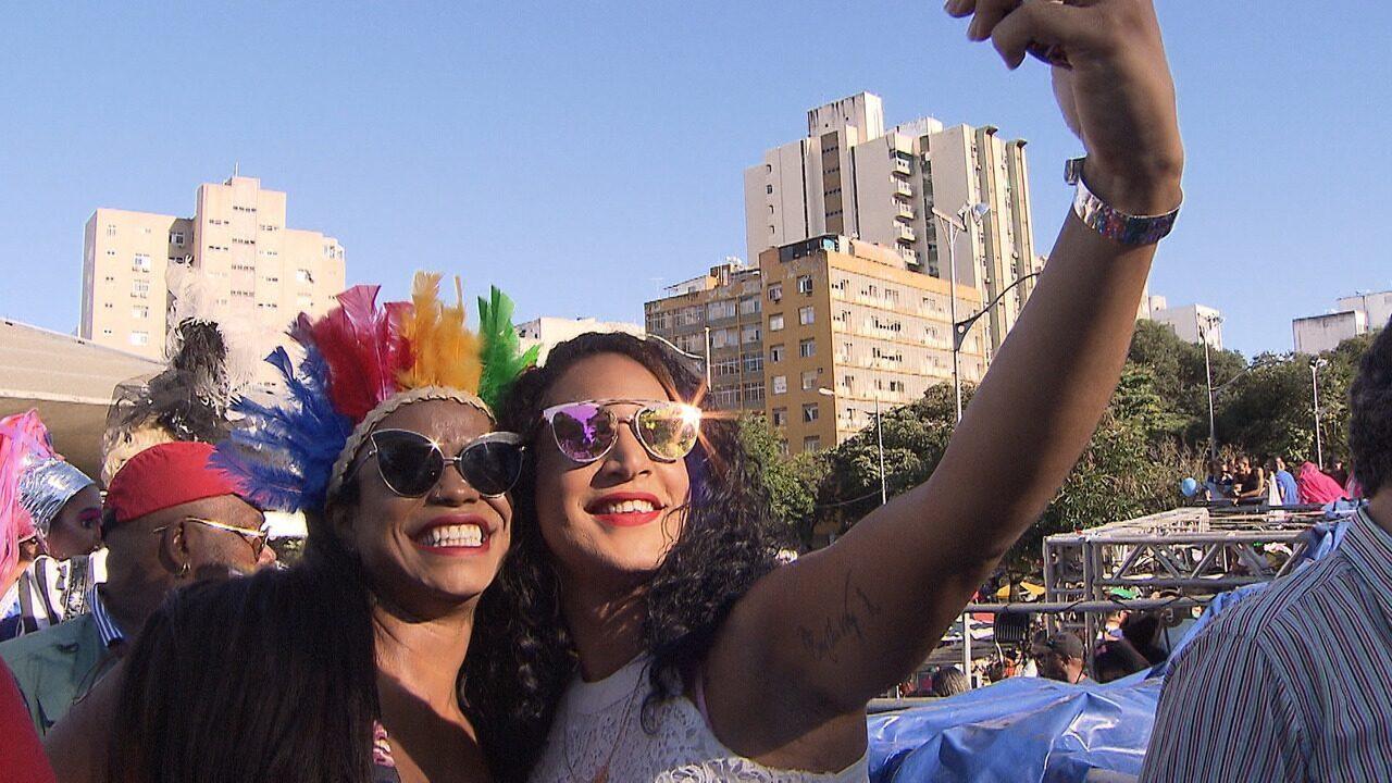 O apresentador Alessandro Timbó marca presença na 17ª Parada LGBT da Bahia
