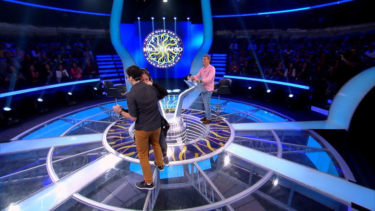 Victor dança forró com Taluana no palco do 'Quem Quer Ser Um Milionário?'