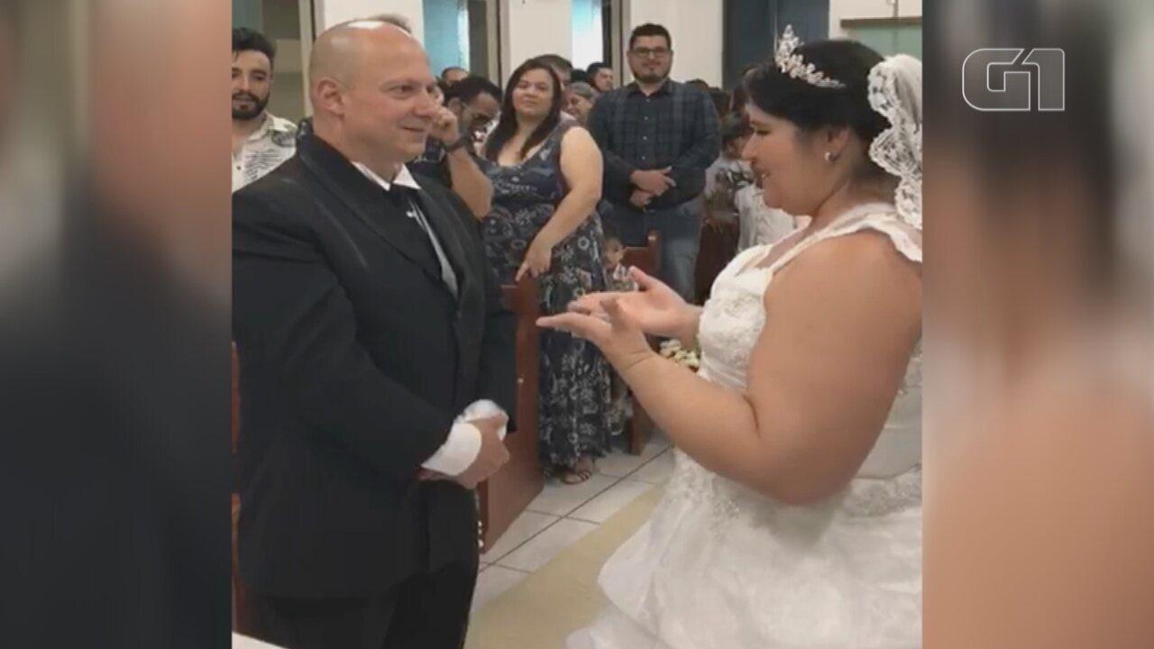 Noiva 'traduz' música em linguagem de sinais para noivo surdo durante cerimônia