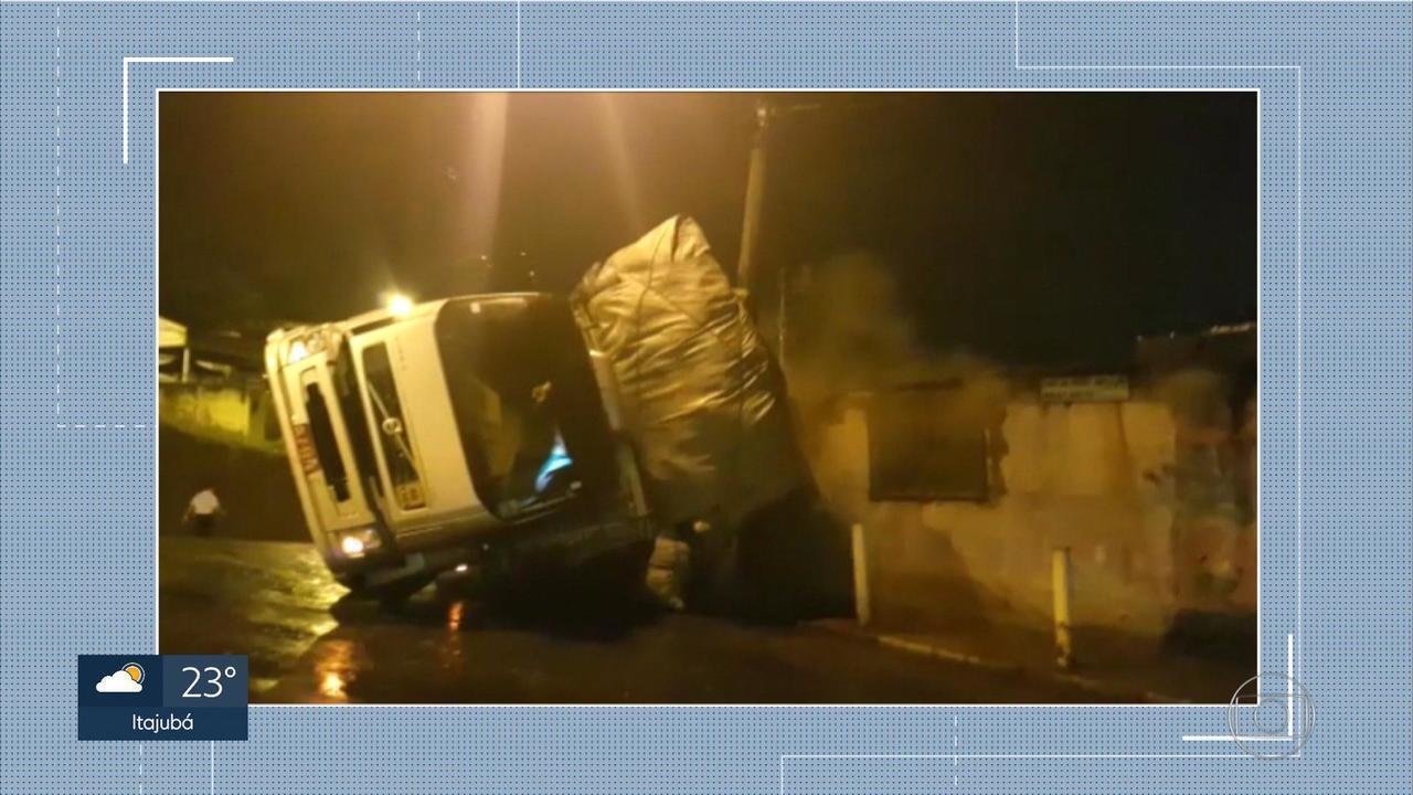 Caminhão tomba em Conselheiro Lafaiete, na Região Central de Minas Gerais