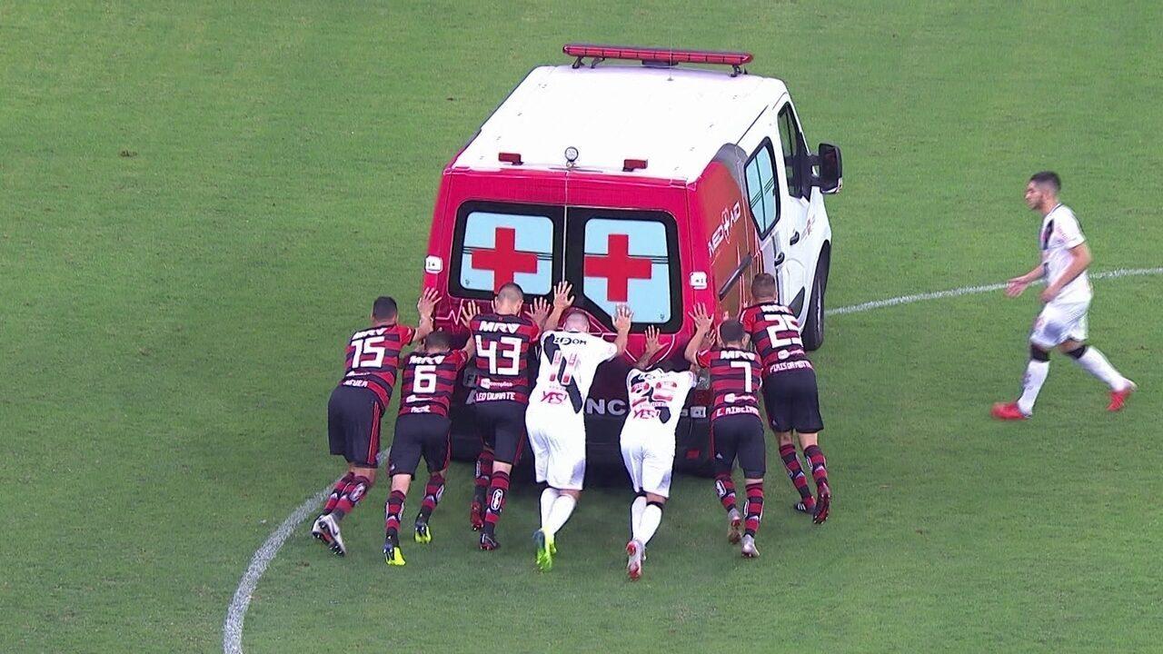 Que isso!Jogadores de Vasco e Flamengo precisam empurrar a ambulância que não pegava