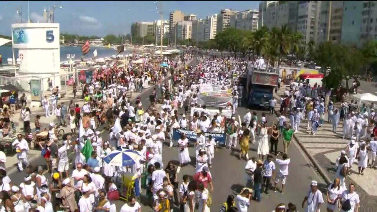 Caminhada contra intolerância religiosa reúne milhares de pessoas em Copacabana