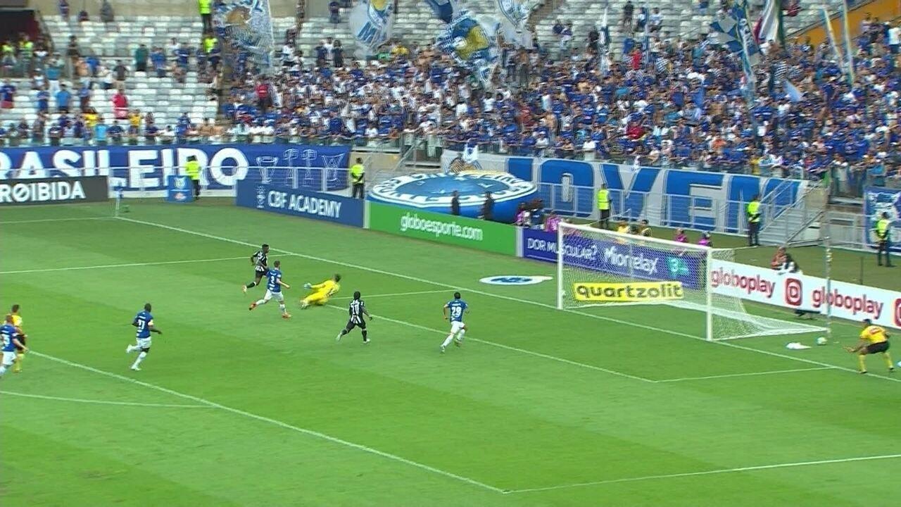 Com muita velocidade, Cazares chega na cara do gol mas Rafael salva com 27' do 1º tempo