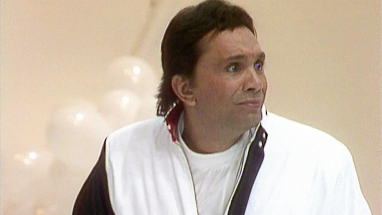 Os Trapalhões - Episódio de 10/12/1989 - Dedé prega peça em Mussum e Zacarias, mas não consegue enganar Didi. Com notícias engraçadas, quarteto apresenta o Jornal do Gibi.