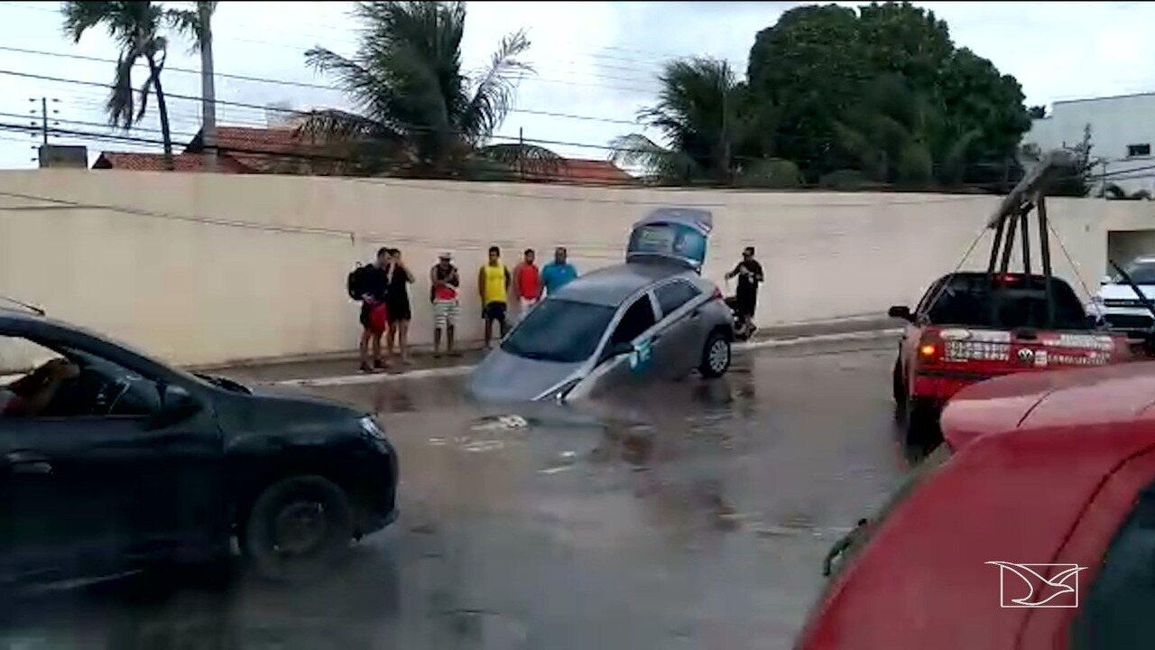 Carro cai em uma cratera em rua de São Luís