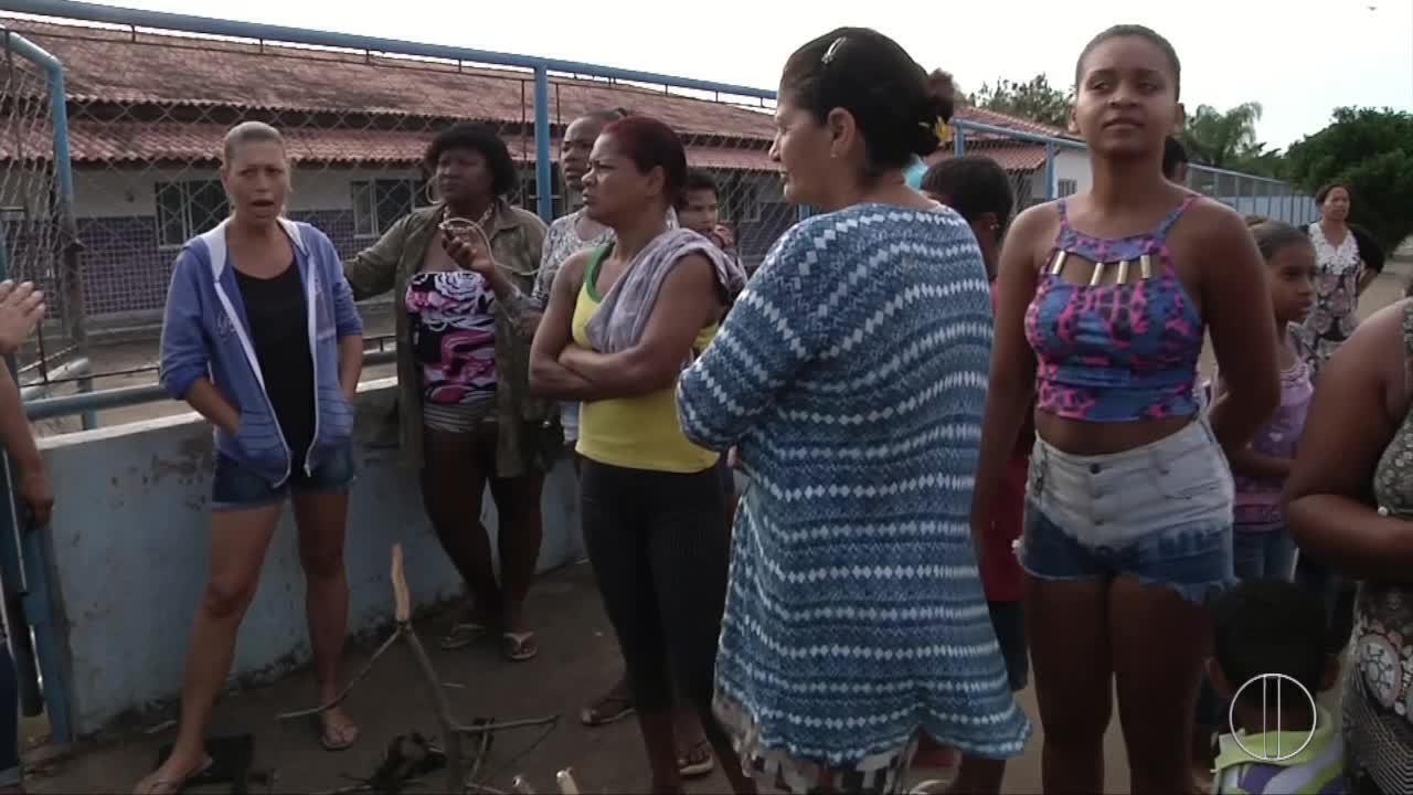Pais fazem protesto para reclamar dos problemas de escola municipal de Campos, no RJ
