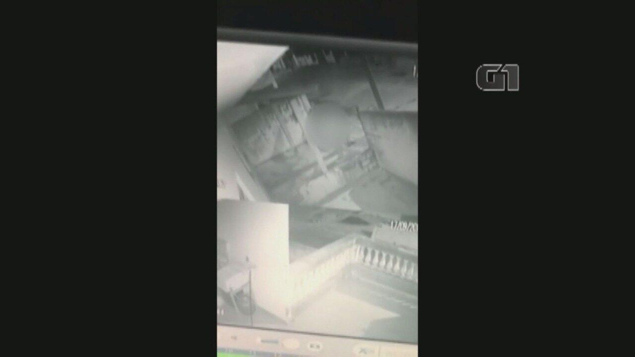 Vídeo mostra momento em que homem invade casa para filmar mulher no banho