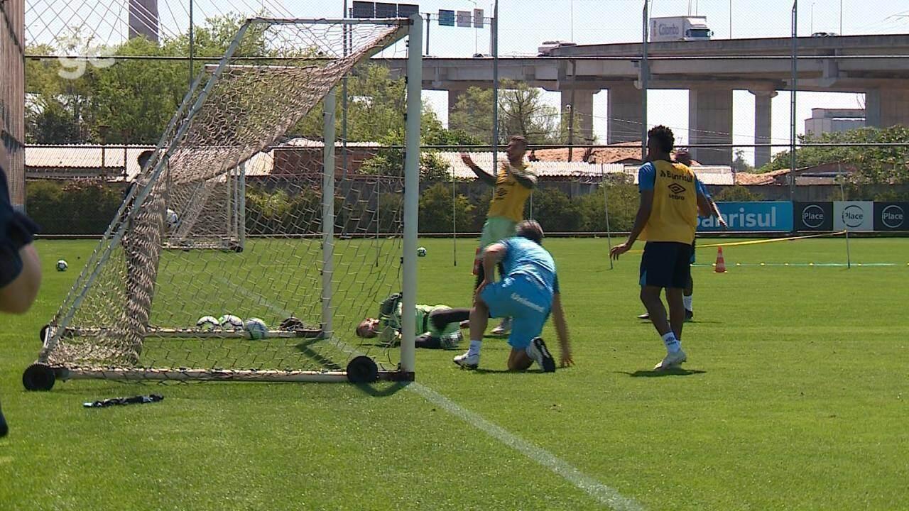 Renato faz gol de barriga em rachão do Grêmio