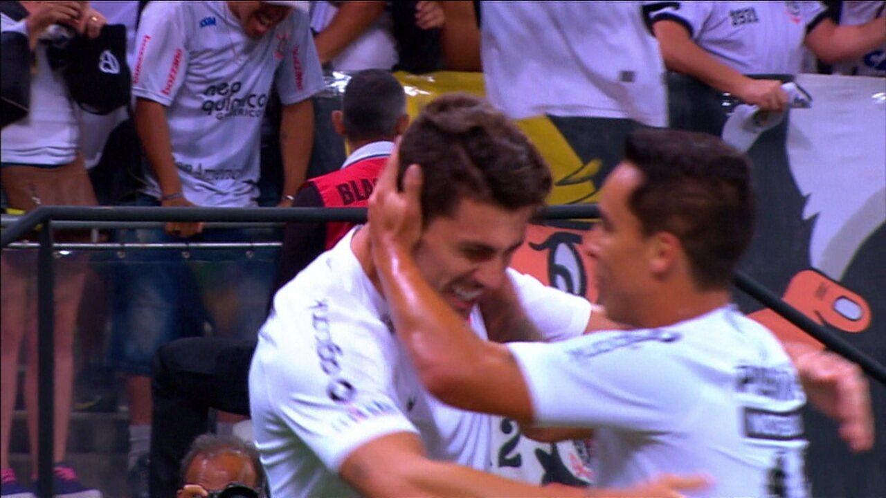 Gol do Corinthians! Danilo Avelar completa cruzamento e marca aos 14 do 1º tempo