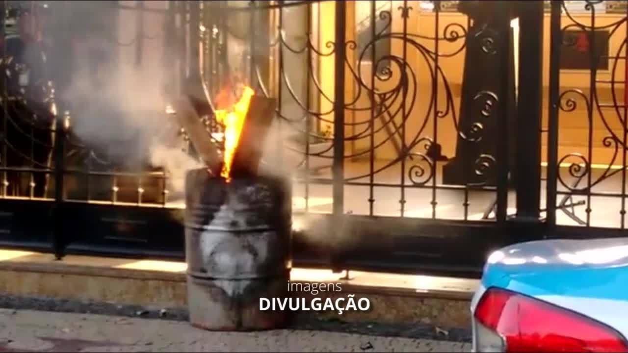 Torcedores protestam em São Januário antes de jogo com o Santos