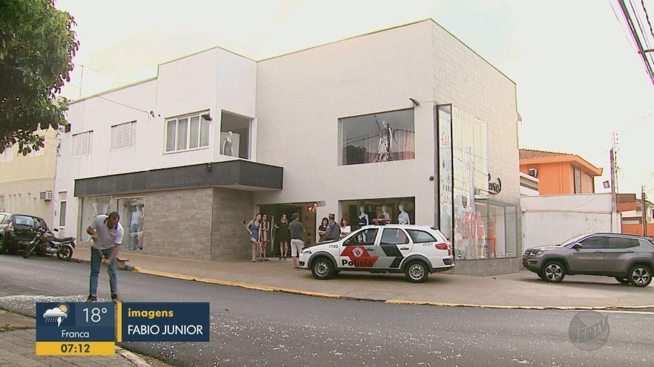 Ladrões usam carro em marcha à ré para invadir e furtar loja em Ribeirão Preto