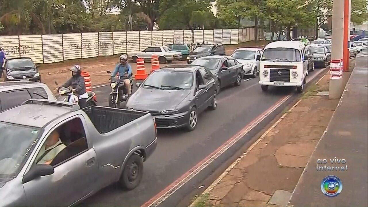 Obra interdita cruzamento da Avenida Philadelpho em Rio Preto