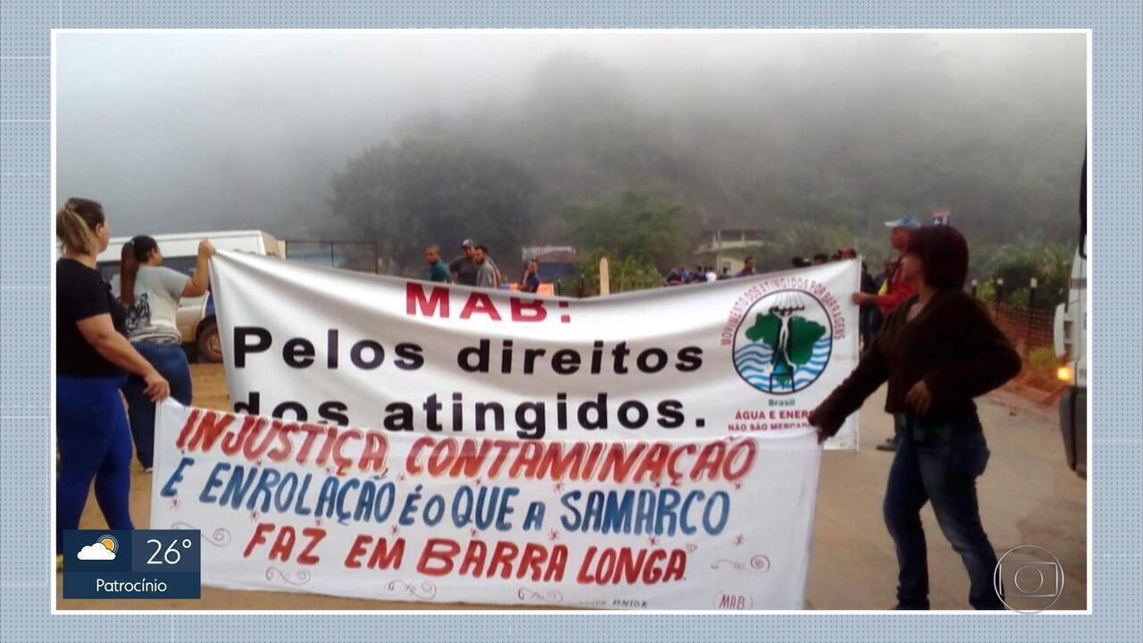 Moradores atingidos por rompimento da barragem de Fundão fazem protesto em Barra Longa