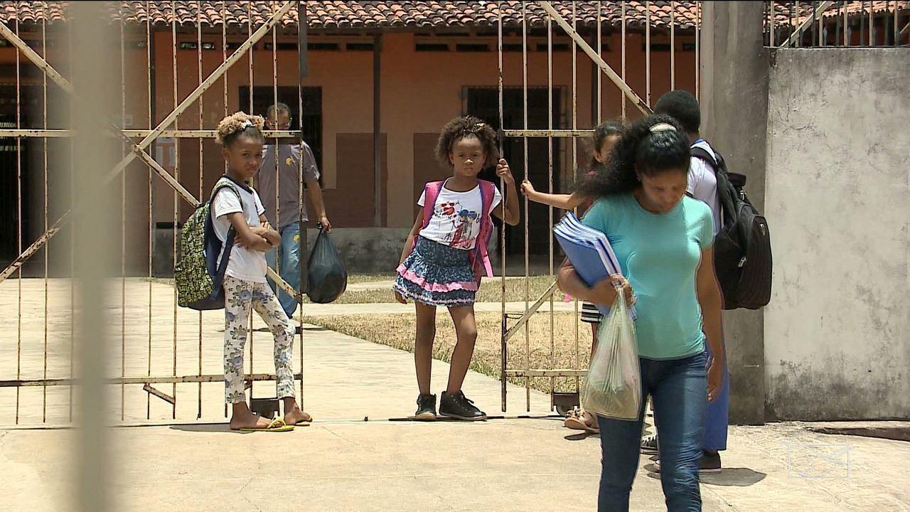 No improviso, alunos estudam em paróquia de igreja em São Luís