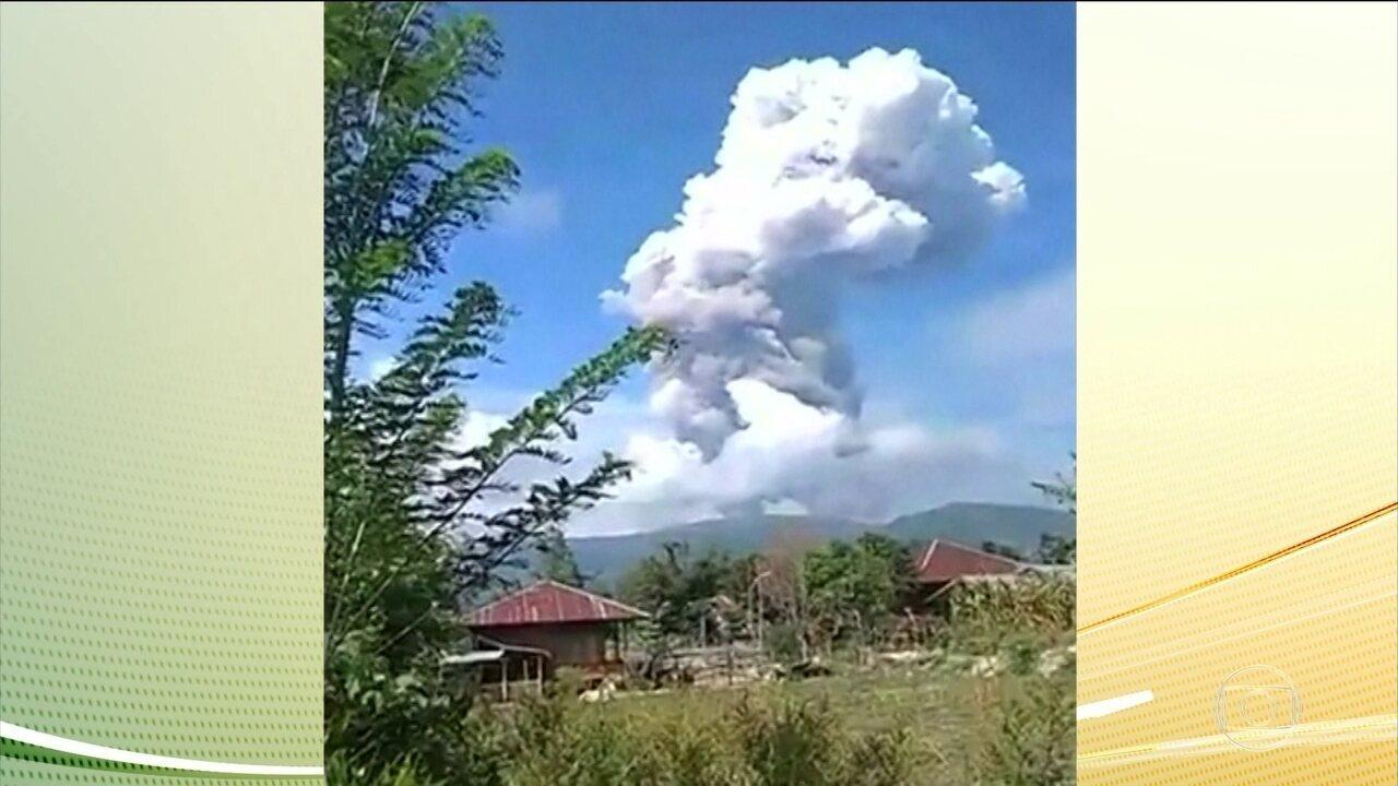 Depois de terremoto e tsunami, ilha na Indonésia enfrenta vulcão, que entrou em erupção