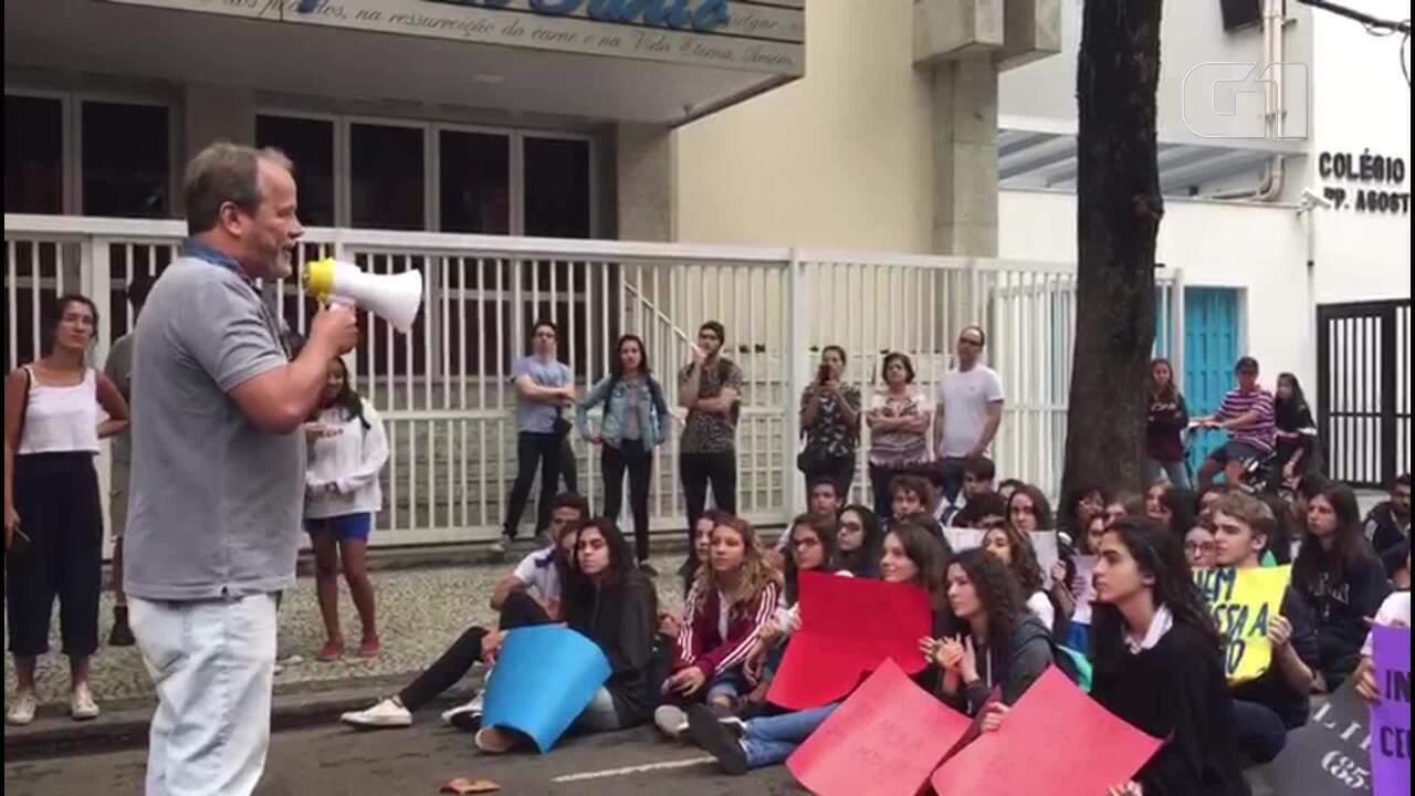 Alunos e ex-alunos de colégio no Rio fazem ato contra suspensão de livro sobre a ditadura