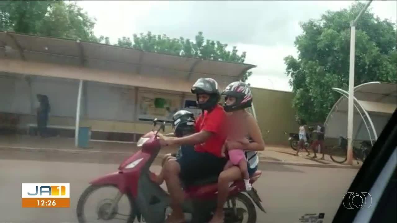 d45d8fc1c Casal é flagrado levando duas crianças em uma motocicleta na capital ...