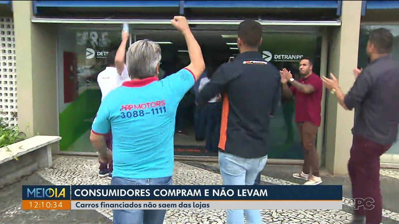 Lojistas e revendedores de carros protestam no Detran de Curitiba