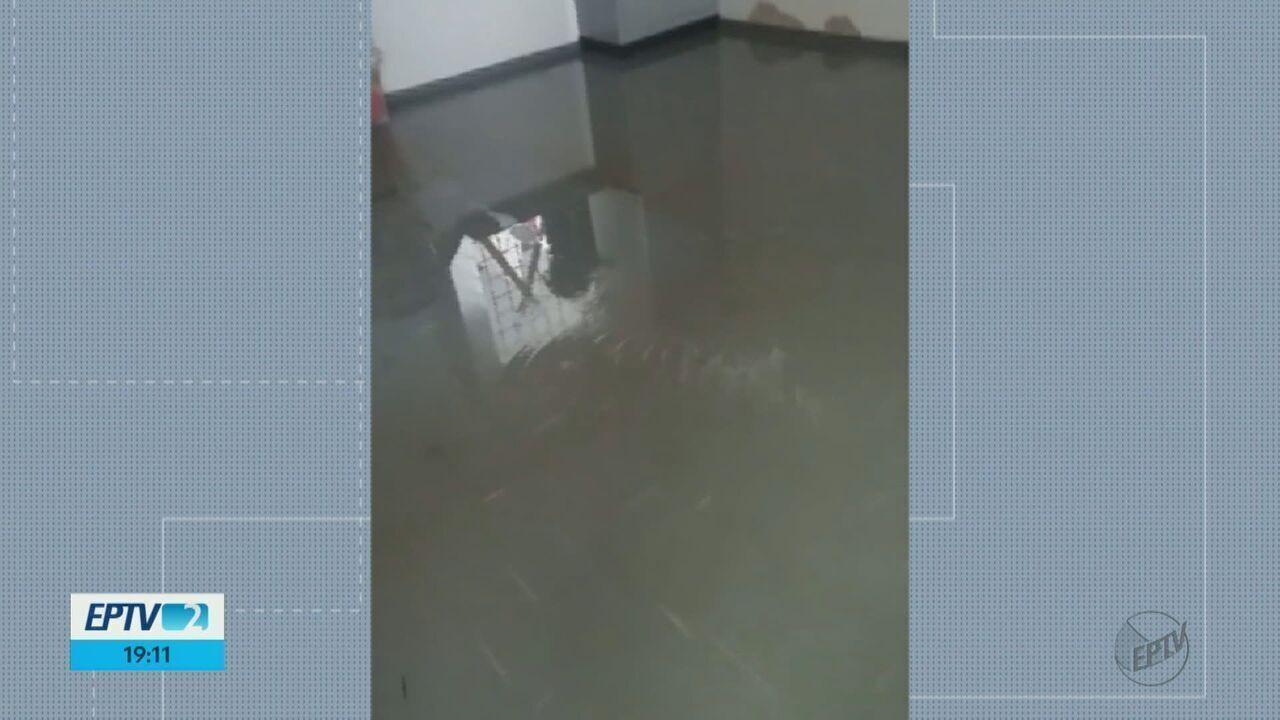 Chuva forte deixa creche alagada em Araraquara, SP