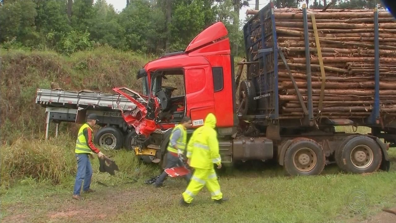 Acidente com treminhão carregado de madeira deixa motorista ferido em Capão Bonito